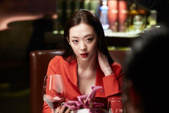 """<p> Mới đây, đoạn Sulli khỏa thân khi diễn cảnh """"nóng"""" với Kim Soo Hyun trong phim<em>Real</em><a href=""""https://giaitri.vnexpress.net/tin-tuc/phim/sau-man-anh/canh-nude-19-cua-kim-soo-hyun-va-gai-hu-xu-han-bi-phat-tan-3606278.html?utm_source=search_vne"""" target=""""_blank"""">bị phát tán</a> trên mạng xã hội. Theo <em>Etnews</em>, đoàn phim yêu cầu người phát tán xóa video, hình ảnh có liên quan và tuyên bố sẽ nhờ pháp luật bảo vệ nếu hình ảnh phim tiếp tục bị lan truyền. Sau đó, từ khóa """"Sulli"""" đứng top đầu tìm kiếm trên mọi phương tiện truyền thông.</p> <p class=""""Normal""""> <em>Real</em> được gắn mác 19+ do yếu tố bạo lực cùng cảnh nhạy cảm. Sulli chia sẻ bị kịch bản lôi cuốn nên chấp nhận đóng cảnh nóng, dù trước đó khá <a href=""""https://giaitri.vnexpress.net/tin-tuc/phim/sau-man-anh/gai-hu-xu-han-dau-dau-khi-dong-canh-19-cung-kim-soo-hyun-3605042.html"""" target=""""_blank"""">trăn trở</a>. Đây là cảnh táo bạo nhất của cô và tài tử đàn anh từ khi vào nghề.</p>"""