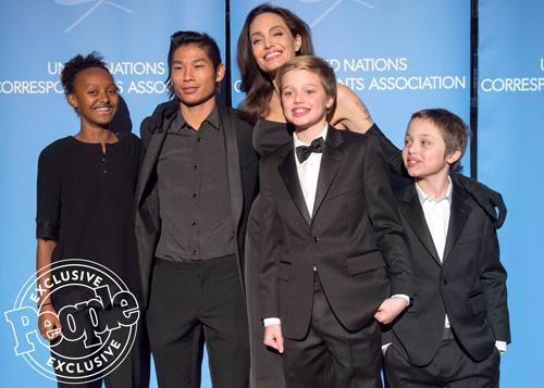 Pax Thiên dìu Angelina Jolie ở sự kiện