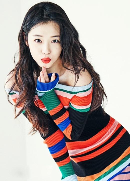 """<p> Truyền thông Hàn khi ấy đánh giá Sulli là sao nhí triển vọng, sẽ chiếm lĩnh làng giải trí 10 năm tới. Các thực tập sinh và nhân viên tại SM Entertainment kể, """"ông trùm làng giải trí"""" Lee Soo Man và nhiều nghệ sĩ lớn cưng chiều Sulli, họ gọi cô là """"công chúa nhỏ"""", tạo mọi điều kiện để cô phát triển sự nghiệp.</p> <p> Theo <em>Daum</em>, Sulli được ưu ái cho ở cùng ký túc xá với Taeyeon và Tiffany của nhóm SNSD, thậm chí có tin cô được chọn làm thành viên của nhóm nhạc đình đám này. Tuy nhiên, vì quá nhỏ tuổi, công ty tiếp tục đào tạo để Sulli ra mắt cùng nhóm F(x) vào năm 2009 - khi mới 15 tuổi.</p>"""