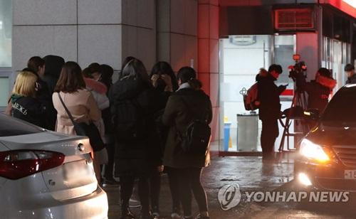 Fan kéo đến trường Đại học Konkuk để khóc thương thần tượng.