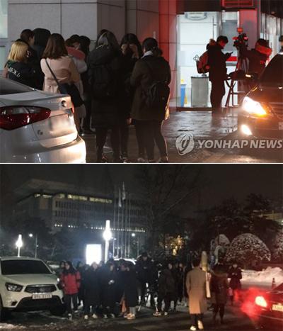 Khán giả tụ tập trước cổng bệnh viện Đại học Konkuk. Ảnh: Yonhap News.