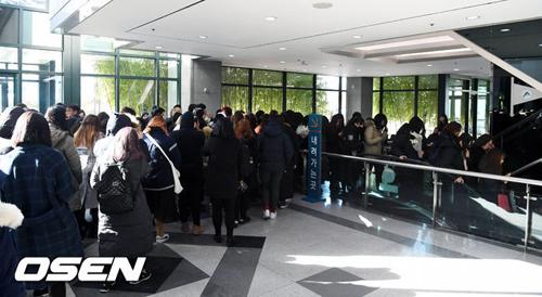 hang-tram-fan-khoc-vieng-ca-sijonghyun-2