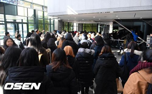 hang-tram-fan-khoc-vieng-ca-sijonghyun-3