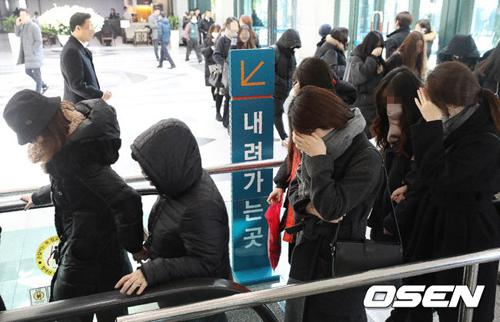 hang-tram-fan-khoc-vieng-ca-sijonghyun-4