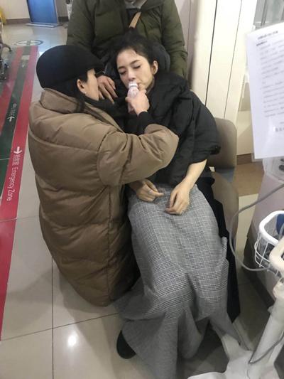 Đại diện của Anh Tử cho biết trên Sina cô bị ngất vì kiệt sức. Trước khi lên thảm đỏ, cô đóng phim
