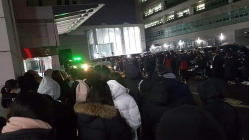 Khán giả tập trung tại bệnh viện nơi Jonghyun được đưa đến cấp cứu.