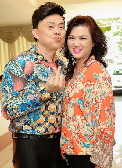 Chí Tài và vợ trong buổi họp báo ra mắt liveshow Hoài Linh.