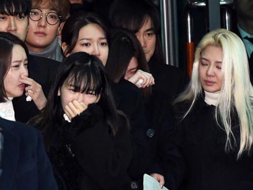 Các ca sĩ Yoona, Sooyoung, Taeyeon, Hyoyeon đau đớn đưa tiễn đồng nghiệp thân thiết.