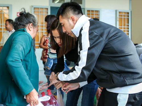 Các nghệ sĩ nhiệt tình cùng đoàn thiện nguyện chương trình Chuyến xe kết nối trao hơn 100 suất quà và 250 triệu đồng tiền mặt cho các hộ nghèo bị thiệt hại nặng nề do bão Damrey gây ra tại thị trấn Vạn Giã, xã Vạn Thắng, huyện Vạn Ninh.