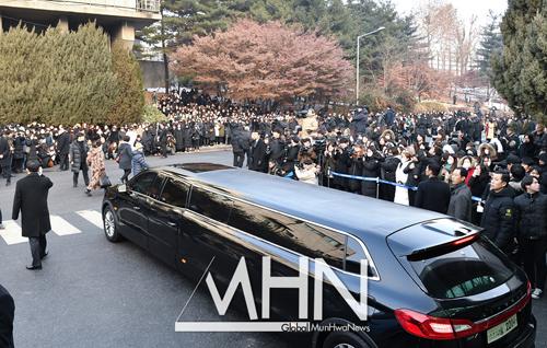 Nhiều người hâm mộ tập trung trước cổng nhà tang lễ, tiễn ca sĩ 27 tuổi về nơi an nghỉ.