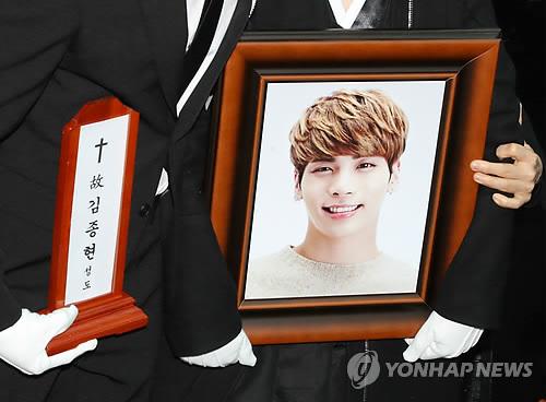Jonghyun tự tử ngày 18/12, tang lễ anh diễn ra sáng 21/12 ở Seoul, Hàn Quốc.