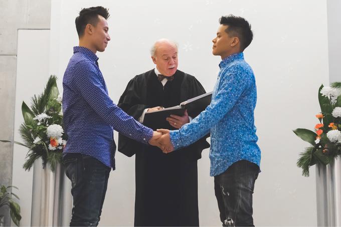 John Huy Trần đính hôn với bạn trai ở Canada
