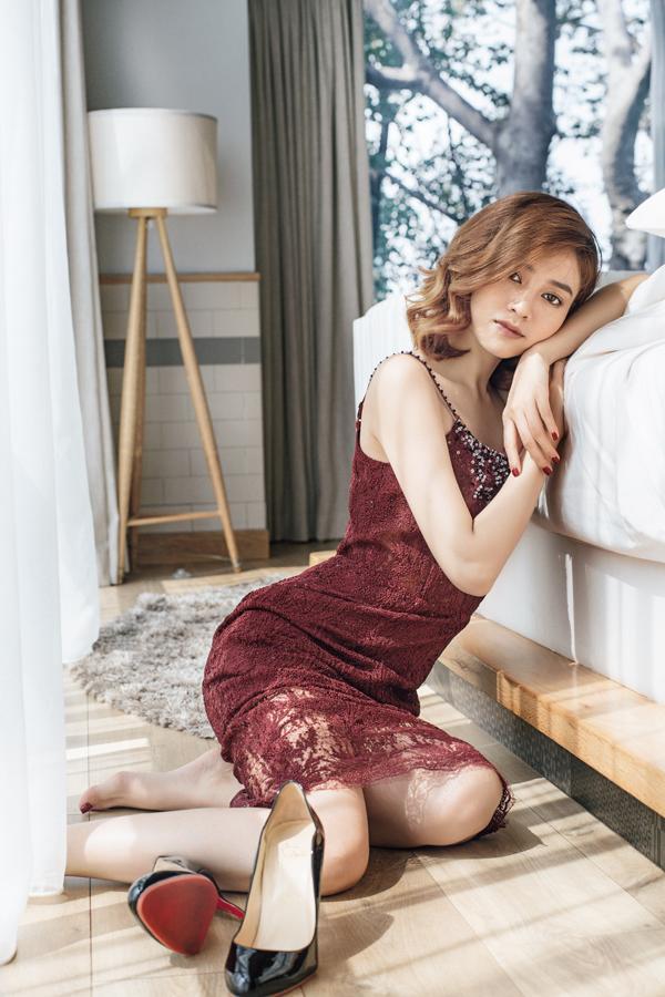Ninh Dương Lan Ngọc diện váy ren xẻ ngực