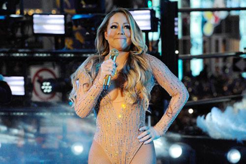 Mariah Carey ngượng ngùng trên sân khấu năm ngoái.