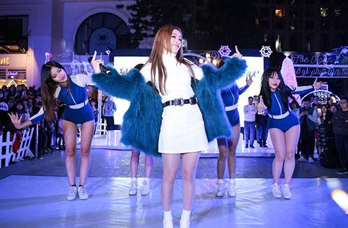 Trên sân khấu, Chi Putự tin trình diễnca khúc mới ra mắt Có nên dừng lại (Talk to me). Người đẹp bất ngờ khi thấy không ít khán giả trẻ thuộc lời dù cô mới tung MV trước đó một ngày (21/12). Sự cổ vũ cuồng nhiệt của khán giả khiến nữ ca sĩ càng nhảy sung hơn.