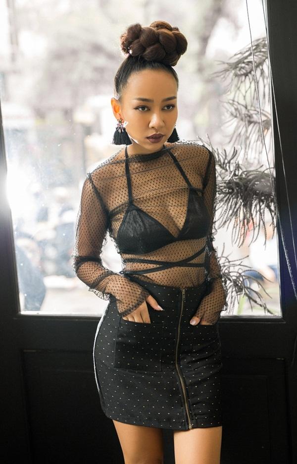 Thảo Trang để hở nội y với áo trong suốt