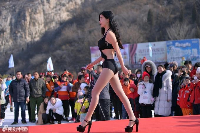 Mỹ nữ Trung Quốc diện bikini thi nhan sắc ở nơi băng tuyết