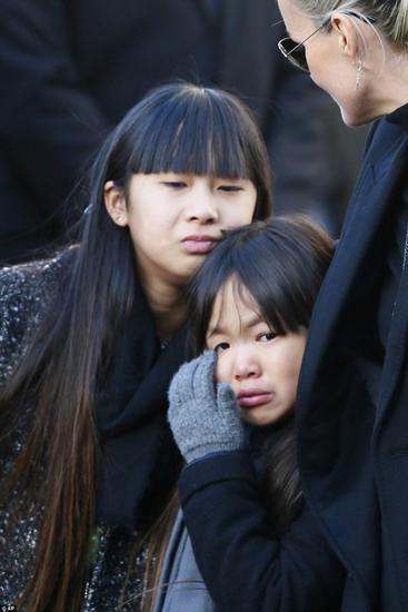 Trong đám tang của Johnny Hallyday hôm 9/12 tại Paris, Pháp, hai con gái nuôi gốc Việt