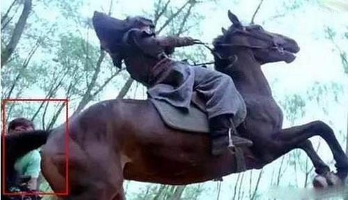 Nhân viên trường quay phía sau trong cảnh quay cưỡi ngựa của phim Năm ấy hoa nở trăng vừa tròn.