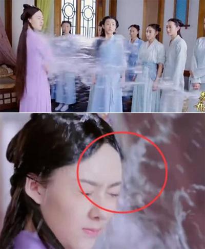 Trong Sở Kiều truyện, nhân vật nữ bị hắt nước vào người song ở cảnh đặc tả, nước lại bị hắt ở mặt cô.