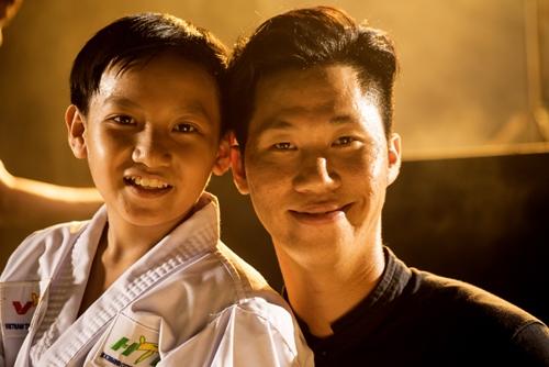 Đạo diễn Đỗ Nam (phải) và Gia Bảo - diễn viên nhí trong phim.