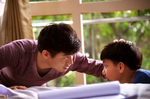 Diễn viên Quý Bình vào vai người cha buộc phải lựa chọn giữa sự nghiệp và tình cảm gia đình.
