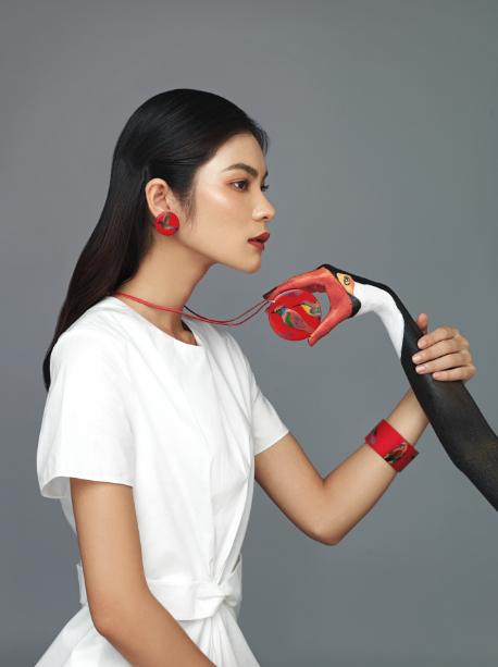 Hai bộ nữ trang sơn mài Exotic và Charm của Hanoia được làm từ những chất liệu truyền thống như gỗ, trai, bạc thếp, vàng thếp. Với cách phối đồ tinh tế, thông minh, Kim Dung - quán quân Next Top Model 2017 đã thể hiện cá tính riêng, không đụng hàng.