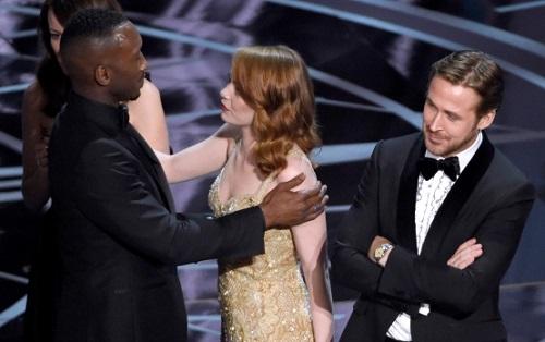 Emma Stone chúc mừngMahershala Ali (Moonlight), trong lúc Ryan Gosling - bạn diễn của cô trong La La Land - cười gượng trên sân khấu.