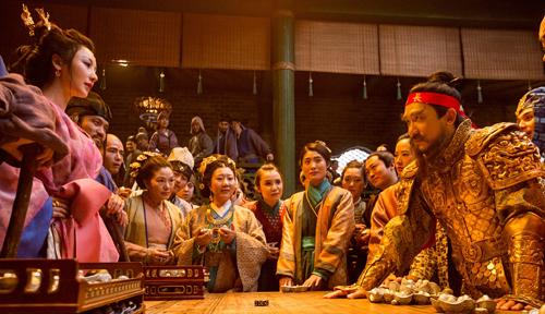 Liễu Nham (trái) và Lương Triều Vỹ (phải) trong một cảnh phim.