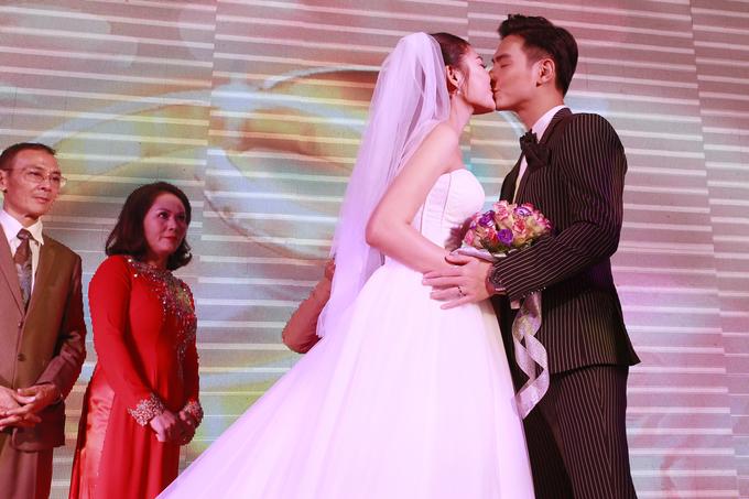 <p> Đôi uyên ương hôn nhau sau khi trao nhẫn cưới.</p>