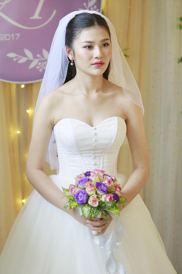 <p> Người đẹp chọn váy cưới corset để tôn ba vòng. Chúng Huyền Thanh sinh năm 1997 và là Á quân The Face Vietnam 2016.</p>