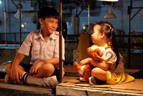 Ngân Chi vào vai bé Vui - một người bạn của bé Bin trong phim. Diễn viên nhí sinh năm 2011, từng đóng trong Đời cho ta bao lần đôi mươi.