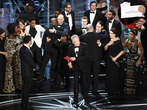 Đêm trao giải Oscar 2017 trở thành chủ đề bàn tán trên mạng xã hội khi công bố sai tên tác phẩm chiến thắng hạng mục Phim hay nhất. Thay vì đọc tên Moonlight, hai diễn viên gạo cội Warren Beatty và Faye Dunaway lại xướng tên La La Land. Sự việc này khiến khán giả cho rằng ban tổ chức cố tình chiêu trò để thu hút sự chú ý. Ngày 1/3, The Hollywood Reporter đăng tải kết luận điều tra từ phía công ty kiểm toán PricewaterhouseCoopers (PwC). Theo đó, Brian Cullinan - Chủ tịch của PwC tại Mỹ - bận chụp ảnh Emma Stone ở cánh gà, sau khi cô nhận giải thưởng Nữ diễn viên chính xuất sắc, để đăng lên Twitter. Sau đó vài phút, anh đưa nhầm phong bì cho diễn viên Warren Beatty.