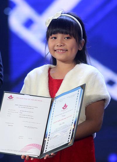 Hà Mi nhận giải Nữ diễn viên phụ xuất sắc. Ảnh: Nguyễn Đông.