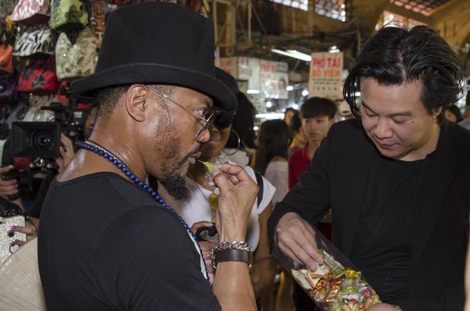 Thanh Bùi và ca sĩ nhóm Black Eyed Peas ăn quà vặt chợ Bến Thành