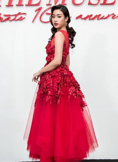 Hoa hậu Việt Nam 2016 Đỗ Mỹ Linh diện váy xoè qua gối, kết hợp chi tiết thêu, đính kết kỳ công ở phần ngực trải dài xuống chân váy. Người đẹp trông kiêu kỳ với mái tóc xoăn cổ điển, đôi môi màu mận chính.
