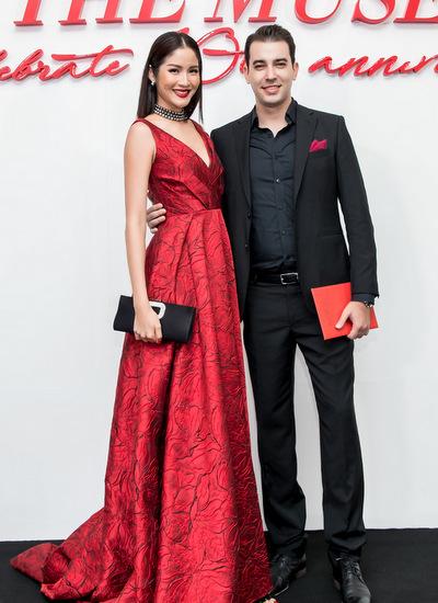 Hoa hậu Hoàn vũ Thái Lan 2007 - Farung Yuthithum - baysang Việt Nam để chúc mừng show diễn kỷ niệm 10 năm vào nghềcủa Đỗ Mạnh Cường. Côdiện đầm xoè dàivới phần ngực được xẻ chừng mực.