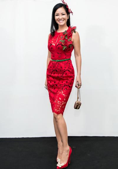 Hồng Nhung diện đầm ren tôn dáng với hoạ tiết hoa to bản.