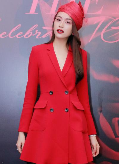 Á hậu Lệ Hằng diện váy phom suit theo phong cách cổ điển. Người đẹp kết hợp trang phục cùng mũ, tất đen