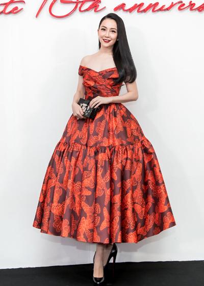 Nghệ sĩ múa Linh Nga diện đầm xoè dịu dàng với hoạ tiết cánh bướm. Phần váy được tạo điểm nhấn bởi chi tiết gấp nếp, xếp li ở ngực và chân váy.