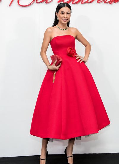 Hoa hậu Ngô Mỹ Uyên diện đầm xoè cúp ngực với điểm nhấn là hoa hồng ở thắt eo. Người đẹp phối trang phục cùng clutch cầm tay độc đáo, trang sức màu xanh nổi bật.