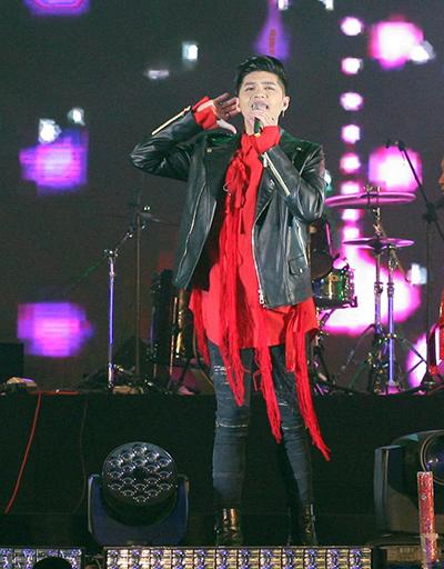 Noo Phước Thịnh hát loạt ca khúcHold me tonight, Hạnh phúc thoáng qua,Quên, Mãi mãi bên nhau.