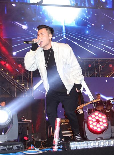 Giọng ca chính của nhóm - Trung Nguyễn - gây ấn tượng với chất giọng cao, khoẻ.