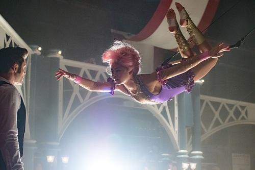 Một cảnh đẹp mắt khi nhân vật của Zedaya biểu diễn đu dây.