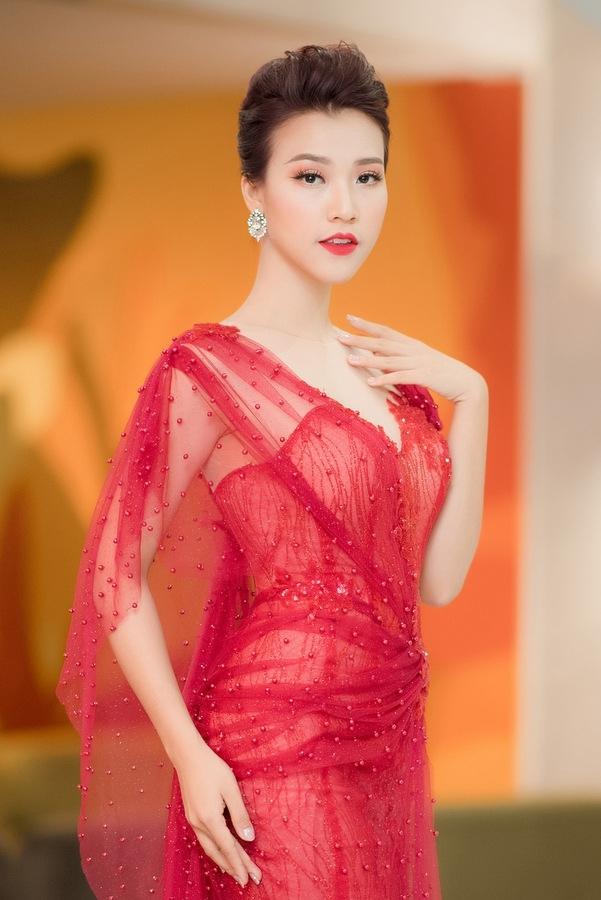 Á hậu Hoàng Oanh diện váy xuyên thấu trong trời rét Hà Nội