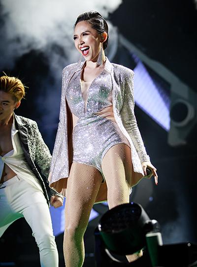 Tóc Tiên diện bodysuit cut-out màu bạc. Cô hát liên khúc Ngày mai, Walk away, Em không là duy nhất.