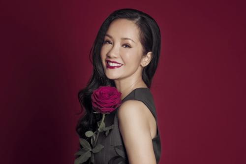 Trong ca khúc Phố à, phố ơi có câu hát: Nơi đây có người con gái mang tên một nhành hoa. Hồng Nhung nói: Nhành hoa ấy chính là tôi đấy.
