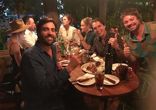 Amber Heard (đội mũ) và Elon Musk (áo trắng) ăn tối cùng bạn bè ở Chile.