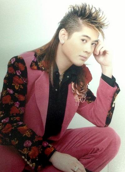 Lâm Khánh Chi tên thật là Huỳnh Phương Khanh, sinh năm 1977 tại TP HCM. Cô từng là nam ca sĩ được yêu thích những năm 1990 với nghệ danh Lâm Chí Khanh.