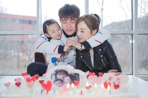 Vợ chồng Lý Tiểu Lộ bên con gái.